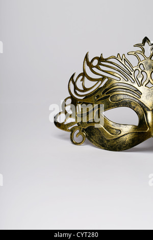 La máscara de carnaval detalle aislado sobre un blanco