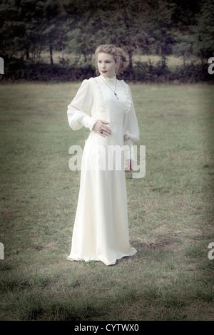 Una mujer en un vestido victoriano Foto de stock