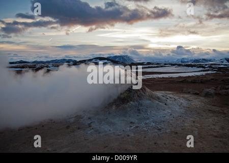 Fumarola de vapor en Namafjall Hverir, en el norte de Islandia (área de Krafla) Foto de stock