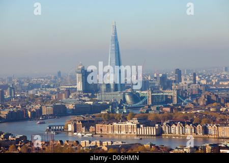 Vista hacia el oeste a lo largo del río Támesis, a través de la Shard building, Londres Desde Canary Wharf, London, England, Reino Unido