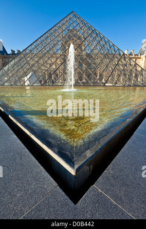 La pirámide de cristal, Pyramide du Louvre fuera de la galería de arte y museo del Louvre París Francia entrada UE Europa