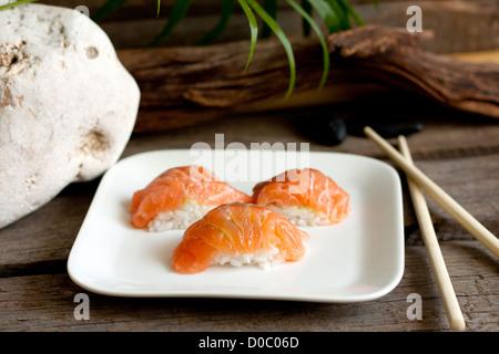 Sushi nigiri salmón closeup como piedras zen