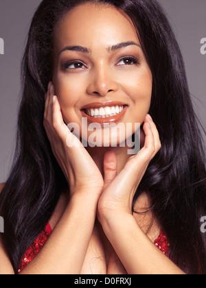 Belleza retrato de un feliz sonriente joven negra con pelo largo Foto de stock