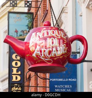Londres, Portobello Road, Notting Hill. La tetera grande rojo shop firmar por el antiguo centro comercial de antigüedades 101 Arcade en Portobello Rd.