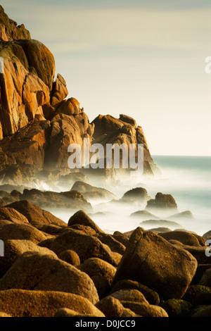 El mar embravecido en Penberth Cove en la costa de Cornualles.