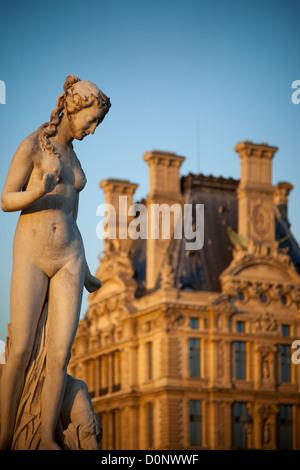 Jardin des Tuileries Estatua femenina würth Musee du Louvre más allá, París Francia