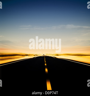 Imagen vibrante de autopista y cielo azul