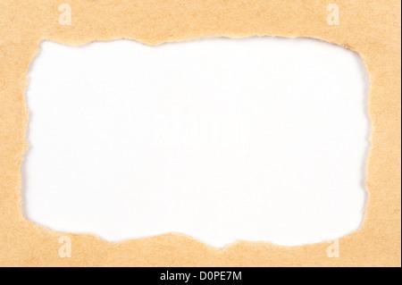 Desgarrado papel amarillo revelador libro blanco detrás de ella