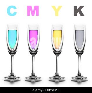 Cuatro vasos con un líquido diferente en color. CMYK.