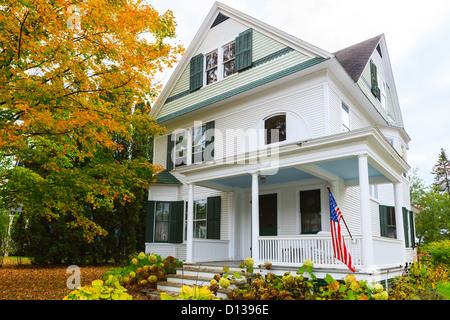 Típica casa de Nueva Inglaterra en Stowe, Vermont, Estados Unidos Foto de stock