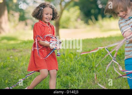 Niños jugando con cintas al aire libre