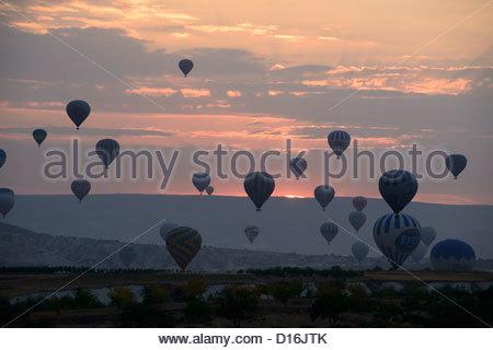 Los globos de aire caliente al amanecer en Capadocia Foto de stock