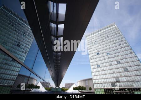 La arquitectura moderna, los reflejos en las ventanas del Centro de Congresos y la Place de l'Europe, Kirchberg, Luxemburgo, Europa
