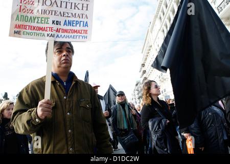 Protesta de trabajadores municipales en el centro de Atenas contra los despidos forzosos en el sector estatal. Los líderes de Europa hasta el viento otro año afectadas por una crisis en su última cumbre de 2012 anunciando ofertas clave para salvar a Grecia y el control de los bancos al patear propuestas ambiciosas para apretar la integración de la UE en el futuro.
