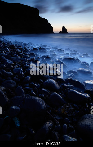 Twilight en Talisker Bay, Isla de Skye, Escocia, Reino Unido, Europa Foto de stock