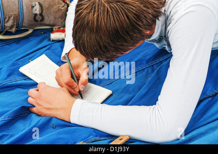El chico paracaidista escribe en el pasaporte de la parachut.