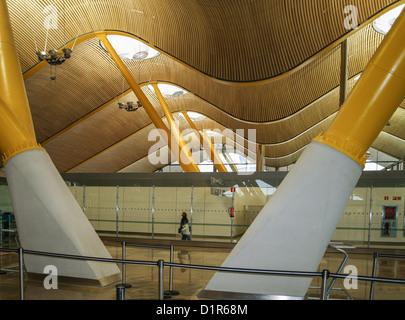 - Terminal 4 del aeropuerto de Barajas diseñado por los arquitectos Antonio Lamela y Richard Rodgers - Madrid, España