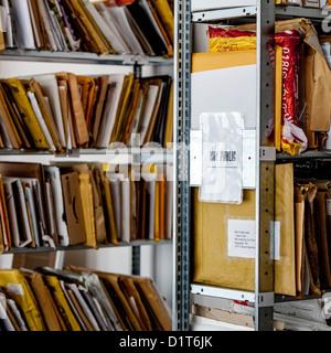 No es público. Archivos en una estantería de libros