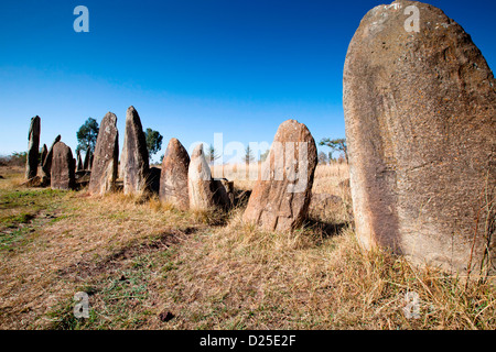 Neolítico estelas grabadas con espadas de pie en un campo cerca de la aldea de Tiya en Etiopía, África.