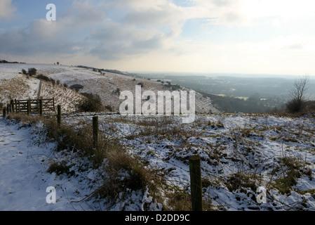 Vista de Ashford Kent cubierto de nieve. Las nubes de un lado, soleado en el otro.