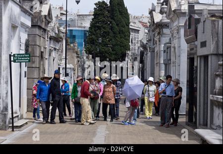 Grupo de turistas japoneses visitan el cementerio de La Recoleta, en Buenos Aires, Argentina.