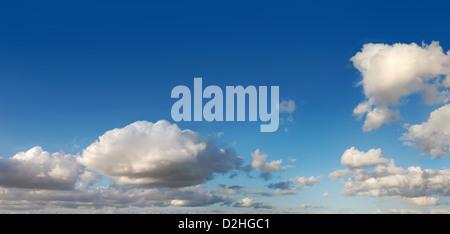 Cielo azul con nubes blancas en varios cúmulos a última hora de la tarde. Cinema-scope formato.