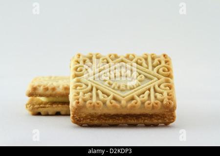 Flan de galletas crema sobre un fondo blanco. Foto de stock