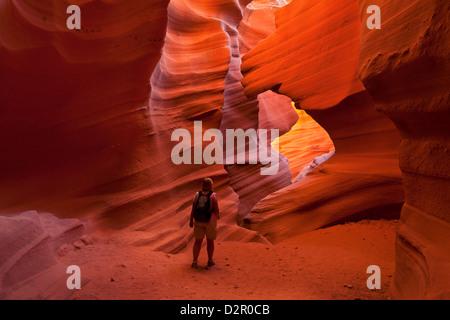 Mujeres turistas caminante y formaciones rocosas de arenisca, baje el Cañón Antelope, Page, Arizona, EE.UU.