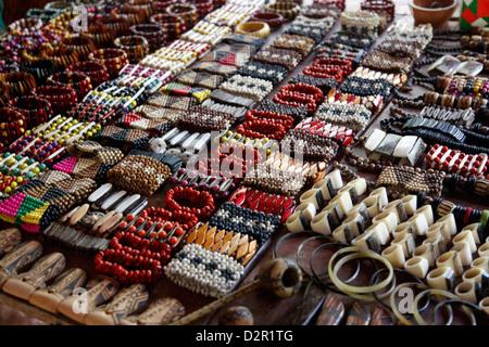 Artesanías para la venta en la tienda del pueblo indio Pataxo en la Reserva Indígena da Jaqueira cerca de Porto Seguro, Bahia, Brasil