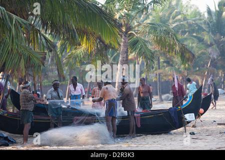 Clasificación de los pescadores con sus redes en Marari Beach, Kerala, India, Asia