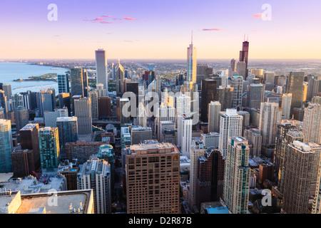 Un alto ángulo de vista del horizonte de Chicago y sus suburbios, mirando al sur por la tarde, Chicago, Illinois, EE.UU.