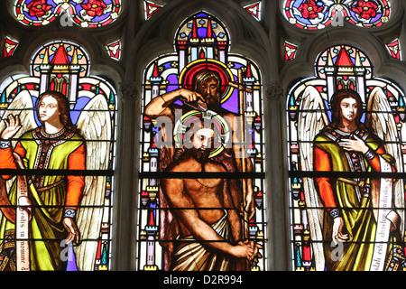 Vidriera representando el Bautismo de Jesús por Juan el Bautista, Saint Germain l'Auxerrois iglesia, París, Francia, Europa