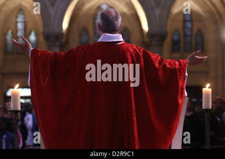 Misa católica, la iglesia de Notre-Dame du Perpetuel Secours, París, Francia, Europa