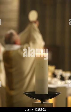 Celebración de la Eucaristía, la iglesia de Notre-Dame du Perpetuel Secours, París, Francia, Europa