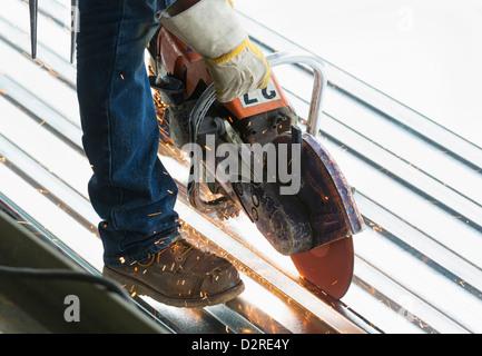 Hombre hispano trabajando en sitio en construcción