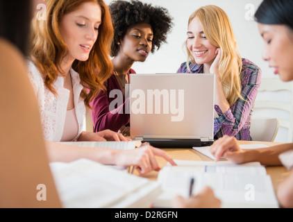 Trabajando juntos en la reunión de mujeres empresarias