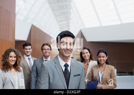 Retrato de seguros de personas de negocios en el vestíbulo moderno