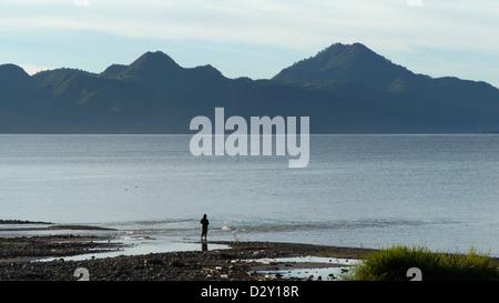 Recoger grava shore panajachel temprano en la mañana el Lago Atitlán américa latina agua paisaje central guatemala