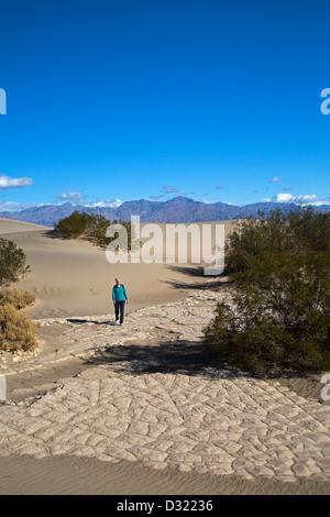 El Parque Nacional Valle de la Muerte, California - Susan Newell, 64, caminatas en el Mesquite Flat dunas de arena.