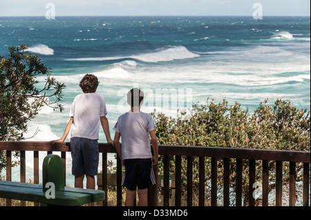 North Stradbroke Island, Queensland, Australia - dos chicos mirando al mar desde un punto de vista