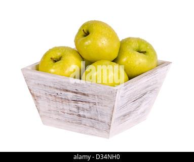 Golden Delicious en contenedores de madera blanca aislado sobre blanco