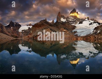 La laguna de Los Tres y el Monte Fitz Roy al amanecer, Patagonia, Argentina Foto de stock