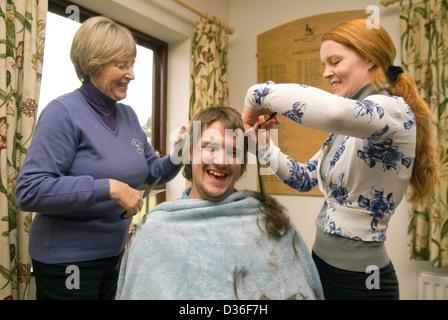 Hombre de 26 años en el proceso de tener todos sus pelos afeitados para cáncer la caridad, Bordon, Hampshire, Reino Unido.