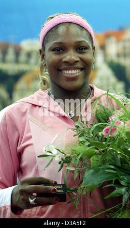 (Dpa) - La tenista estadounidense Serena Williams brilla con su trofeo después de ganar el partido de la final del 13º Torneo Internacional WTA Sparkassen Cup en Leipzig, Alemania, el 29 de septiembre de 2002. Ella derrotó a Anastasia Myskina 6:3 y 6:2.