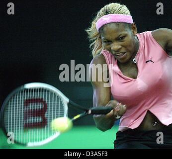 (Dpa) - La tenista estadounidense Serena Williams juega un forehand durante el partido de la final del 13º Torneo Internacional WTA Sparkassen Cup en Leipzig, Alemania, el 29 de septiembre de 2002. Ella derrotó a Anastasia Myskina 6:3 y 6:2.
