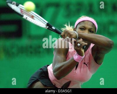 (Dpa) - La tenista estadounidense Serena Williams golpea un escrito durante la semi final del 13º Torneo Internacional WTA Sparkassen Cup en Leipzig, Alemania, el 28 de septiembre de 2002. Ella gana 6:4 y 6:2 contra la belga Justine Henin.