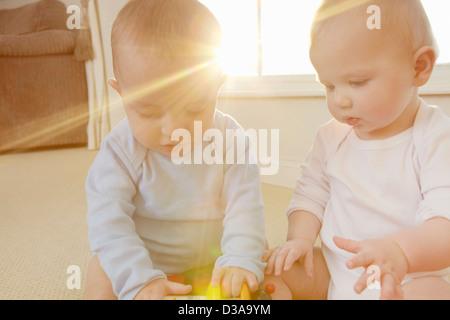 Los bebés jugando con los juguetes