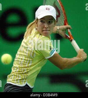 (Dpa) - La tenista belga Justine Henin golpea un escrito durante la semi final del 13º Torneo Internacional WTA Sparkassen Cup en Leipzig, Alemania, el 28 de septiembre de 2002. Ella es derrotado 6:4 y 6:2 por el jugador estadounidense Serena Williams.