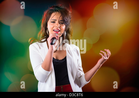 Mujer Adolescente cantando en escena