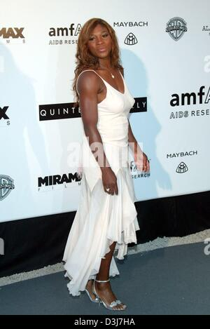(Dpa) - La tenista estadounidense Serena Williams posa para las cámaras en el cine amfAR contra el SIDA evento de caridad en el Moulin de Mougins, cerca de Cannes, Francia, el 20 de mayo de 2004.
